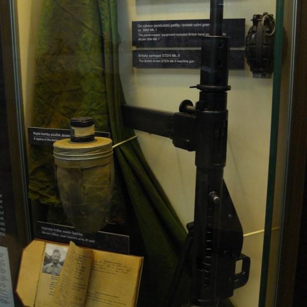Replica de la bomba y ametralladora utilizada en el atentado