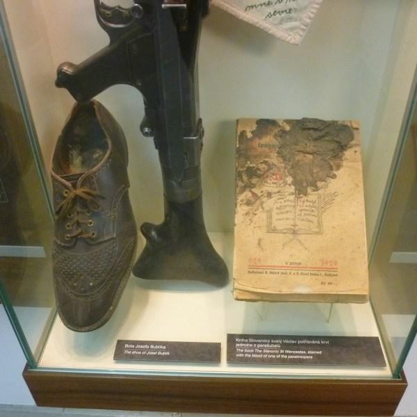 La bota y un libro manchado con sangre de uno de los comandos asesinados en la Iglesia