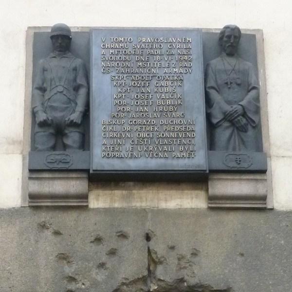 La placa con los nombres de quienes perdieron la vida en este lugar