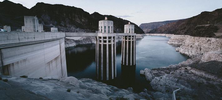 La energía hidráulica se obtiene aprovechando la caída del agua desde cierta altura para producir energía eléctrica