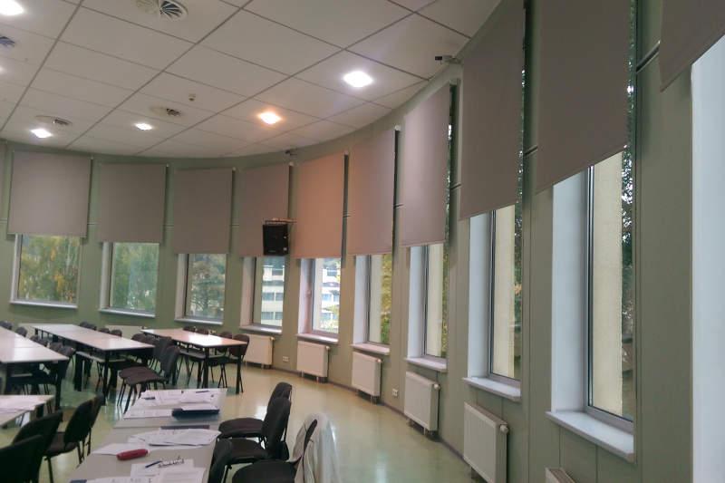 rolety materiałowe w sali wykładowej