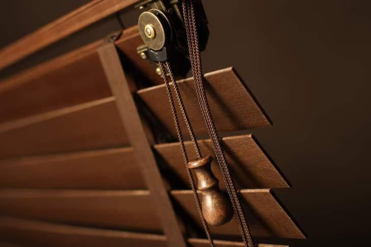 brązowe żaluzje drewniane