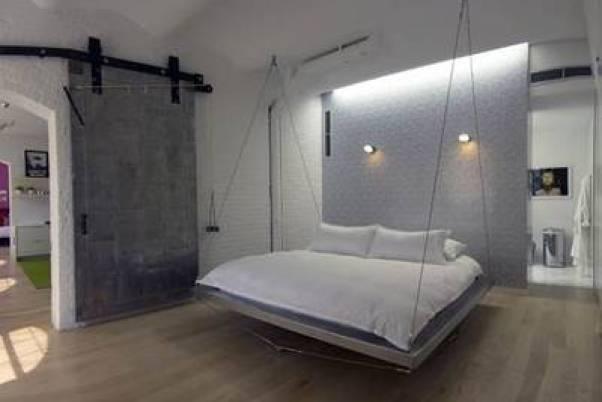 dormitor cu pat suspendat