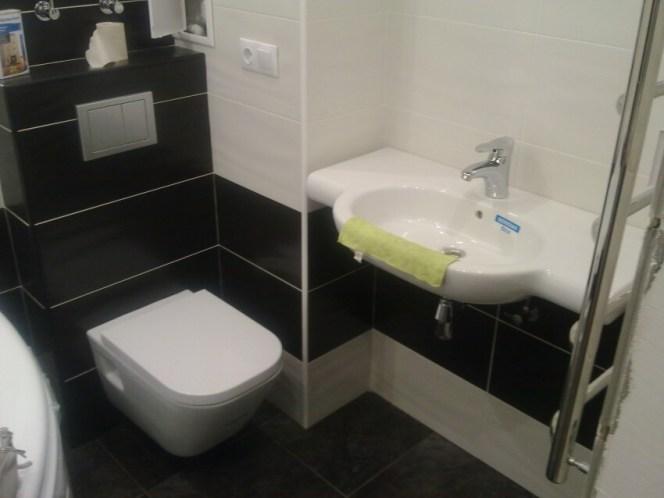 o baie de apartament alb negru