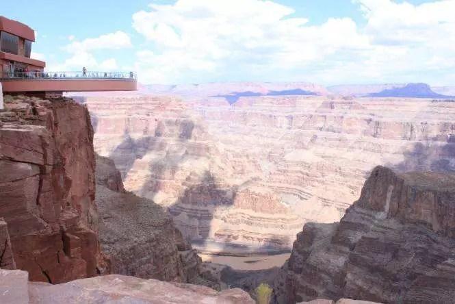 Sky Walk do Grand Canyon West | Foto: Uma turista nas nuvens