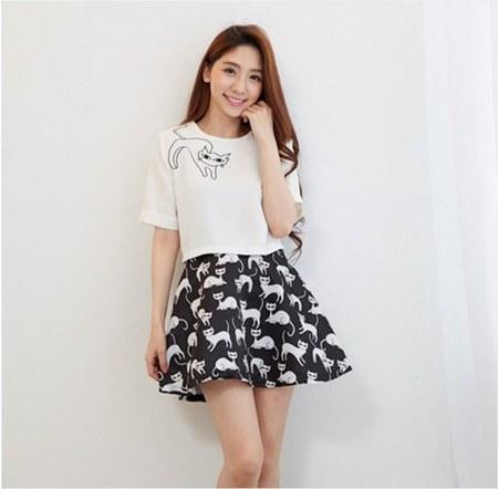 white tee dan mini skirt motif kucing
