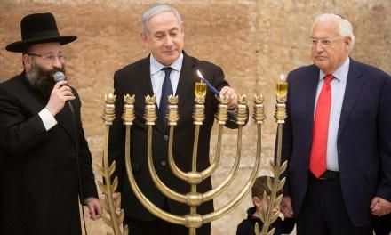 Un joyeux Hanoukka, une fête des Lumières, au Peuple Juif