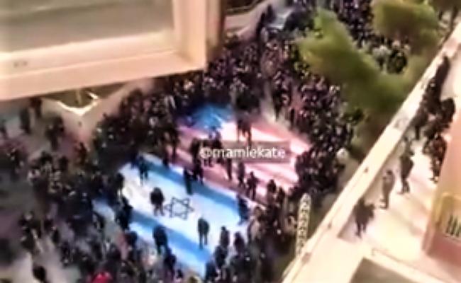 RESPECT : Les manifestants iraniens refusent de piétiner le drapeau israélien et font honte à ceux qui le font
