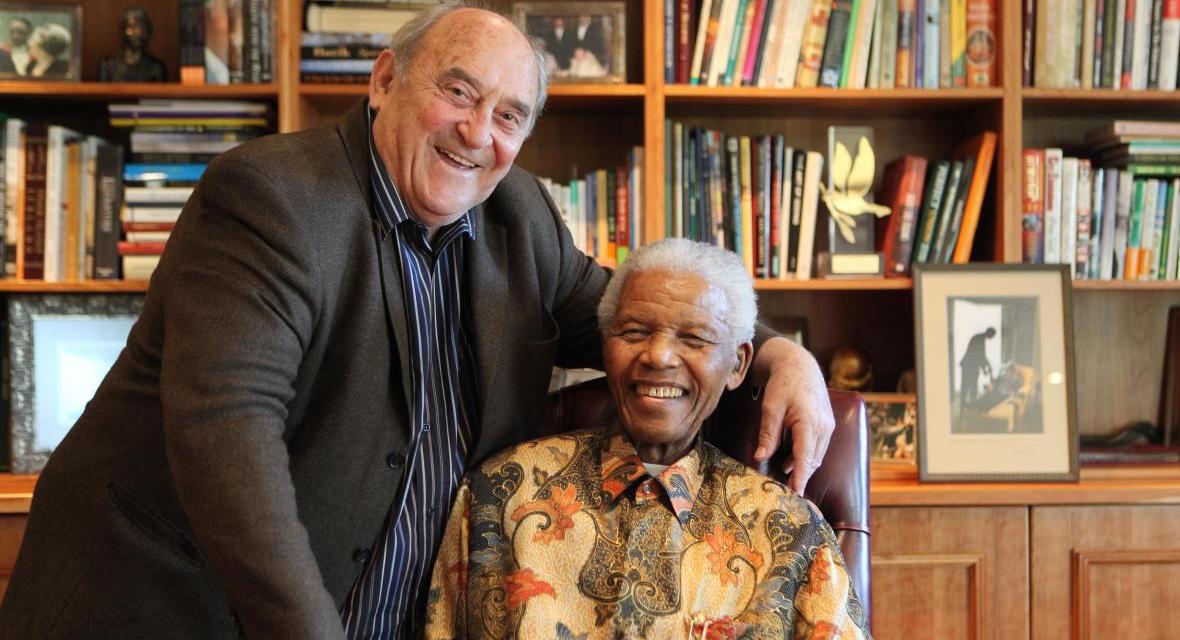 Les médias arabes ignorent volontairement la mort de Dennis Goldberg, le compagnon juif de Nelson Mandela en prison