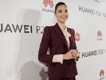 The Wonder Woman actress, Gal Gadot, advertises Huawei tweeting from the iPhone