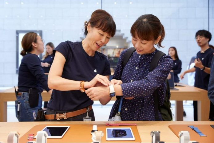 iPhone-Xs-Apple-Watch-Series-4-Availability_Kyoto-Apple-Team-member_09202018