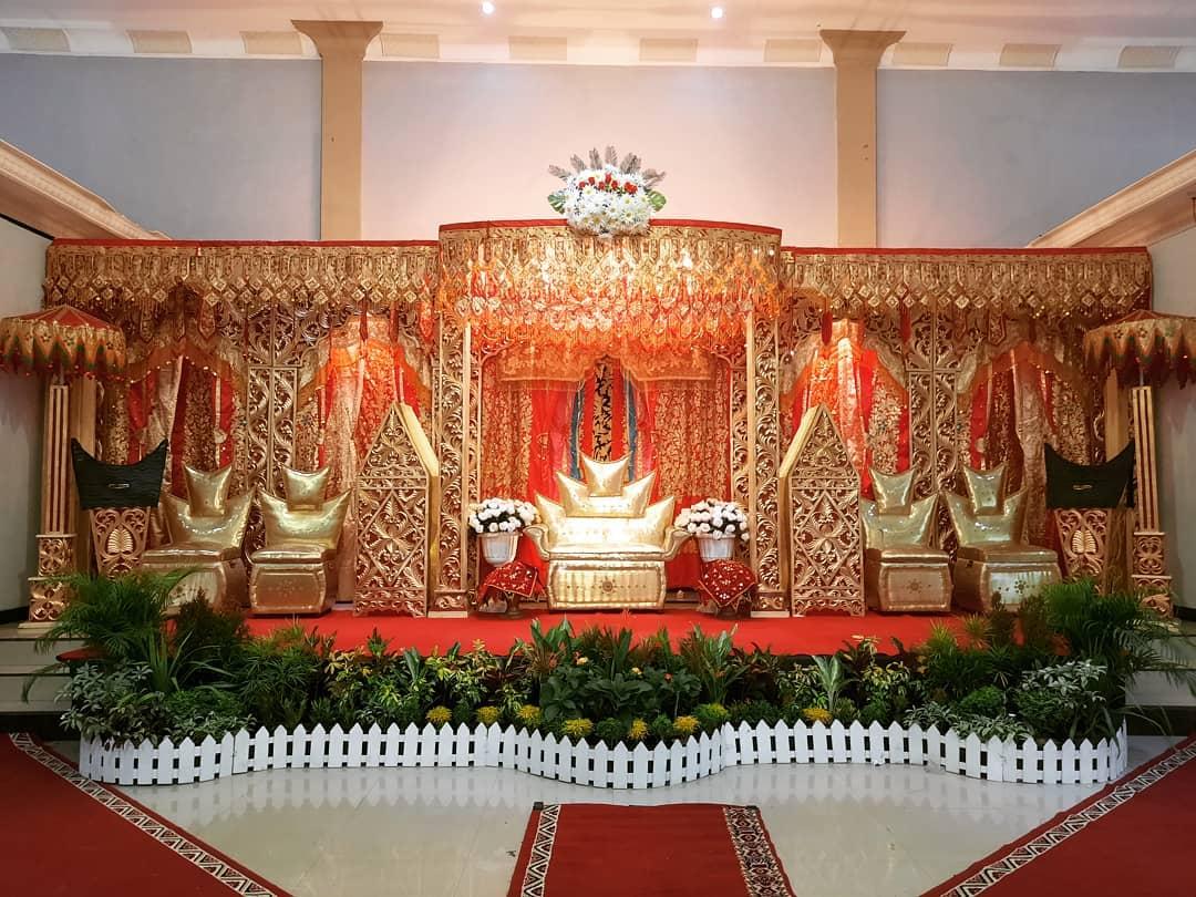 Dekorasi Pelaminan Klasik Dengan Ukiran Rumah Gadang, Minangkabau