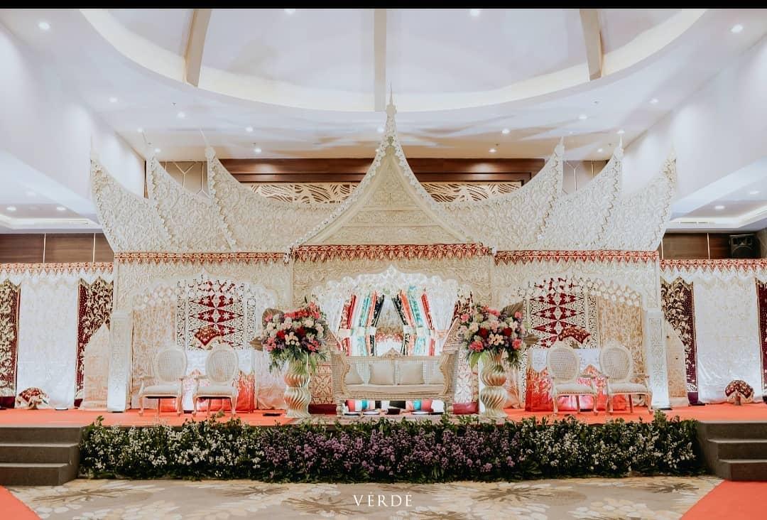 Dekorasi Pernikahan Klasik Dengan Ukiran Rumah Gadang, Minangkabau