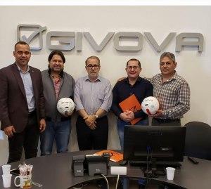 Jesús Berardinelli acompañando a Laureano González y a Rafael Dudamel en las oficinas de Givova.