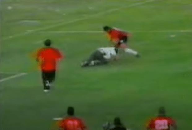 El momento de la patada de Alexander Rondón al aficionado que bajó a agredir a sus compañeros.