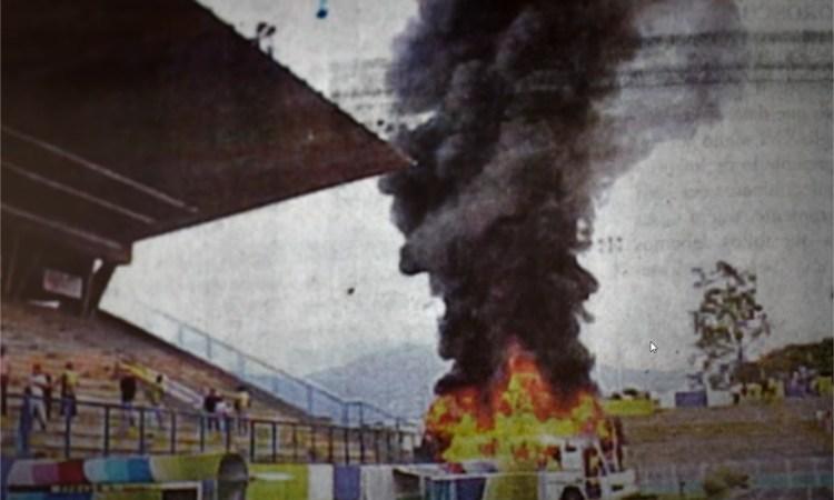 El autobús del Caracas FC incendiado en Pueblo Nuevo.