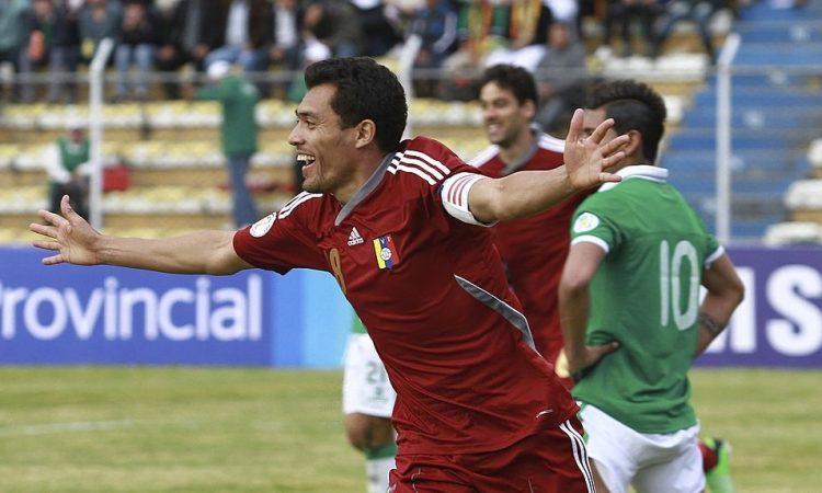Juan Arango festeja ante Bolivia en La Paz