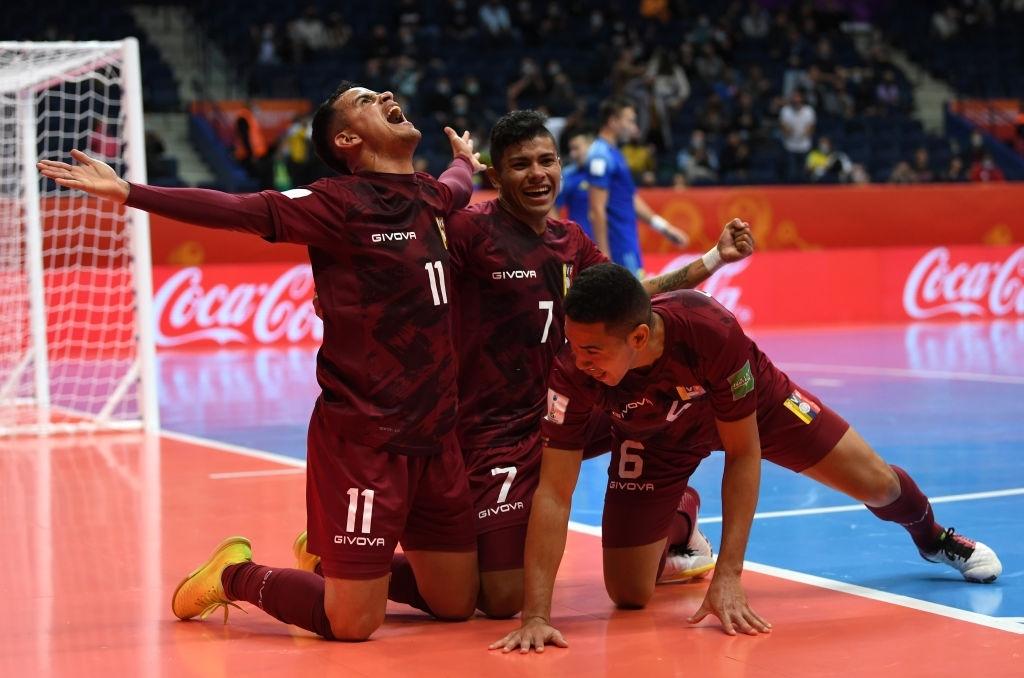 """Chavela"" Vidal celebra su gol contra Kazajistán"