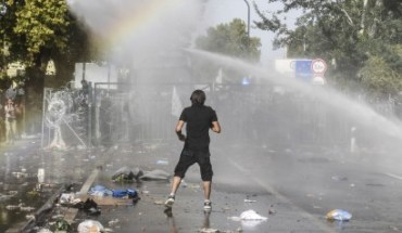 Πολυβόλα στα σύνορα στέλνει η Ουγγαρία - Οι Oύγγροι έκαναν ρίψη δακρυγόνων κατά των προσφύγων.