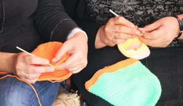 Γιαγιάδες από την Κάλυμνο πλέκουν για τα προσφυγόπουλα!.