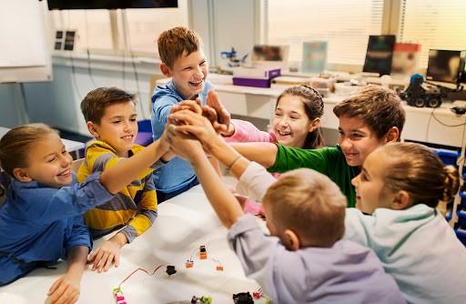 crianças trabalho em equipe