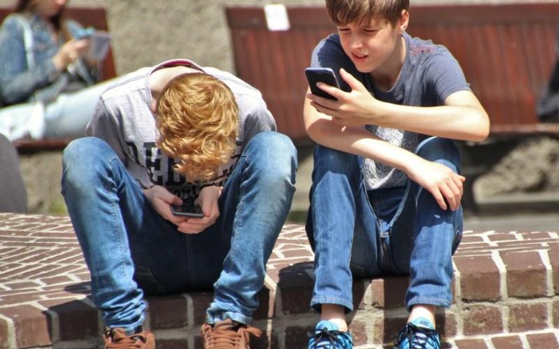 dois adolescentes vidrados no celular