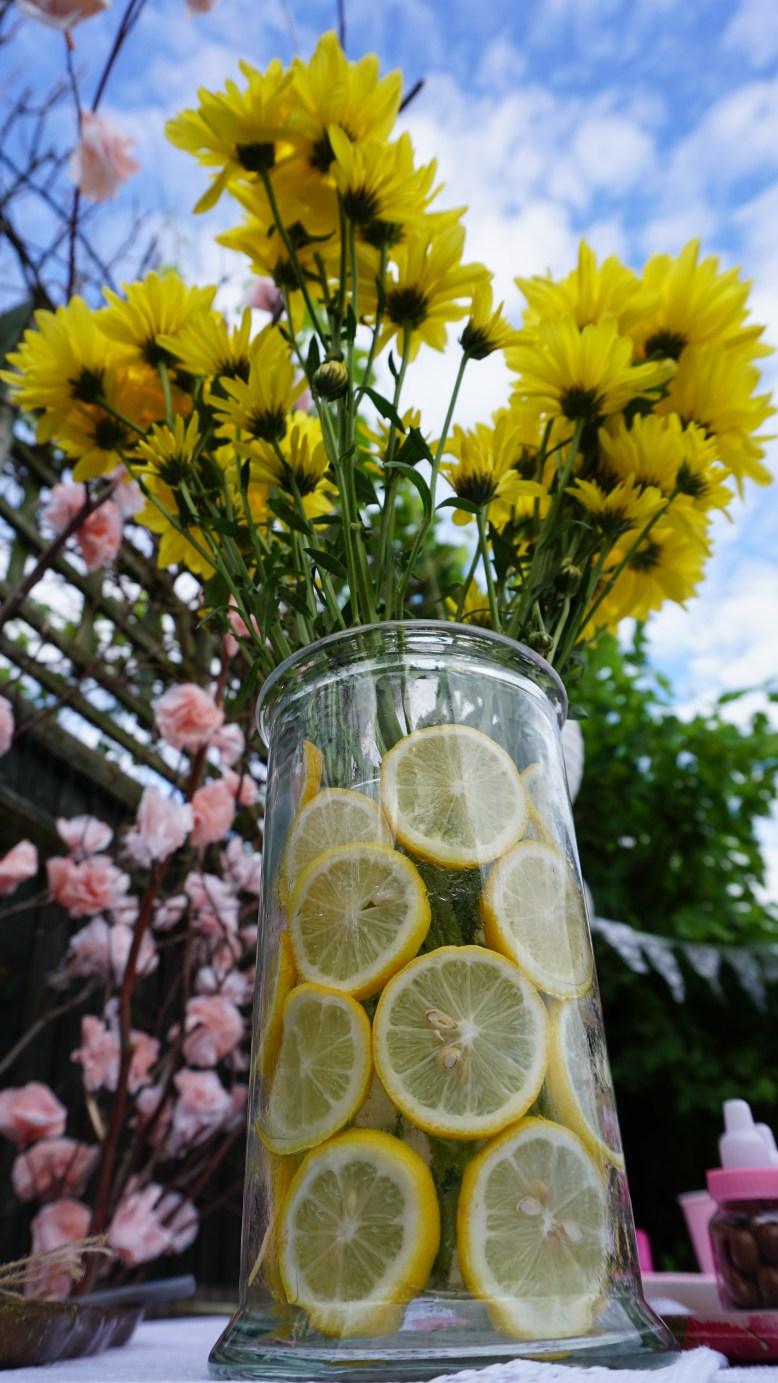 flower arrangement in a jar of lemons Baby shower decoration ideas