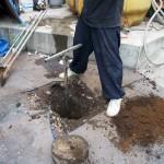 4、下穴を掘る