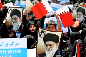 IranianProtestorsWithBahrainFlags
