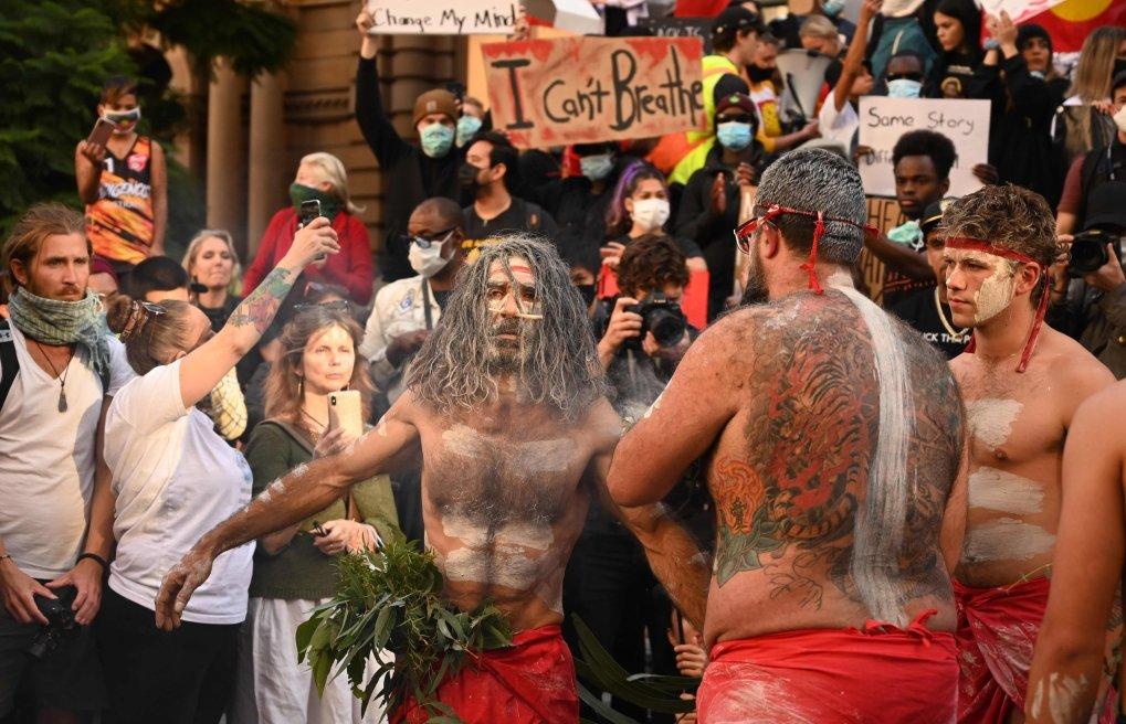 Des manifestants autochtones exécutent une cérémonie traditionnelle de fumage pour exprimer leur solidarité avec les manifestants américains, Sydney, 6 juin 2020. (AFP Photo)