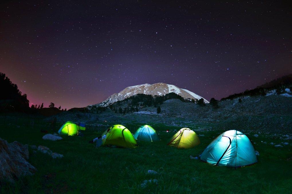 Loin des lumières de la ville, camper sous le ciel étoilé est un excellent moyen d'échapper au stress de la vie quotidienne.  (iStock Photo)