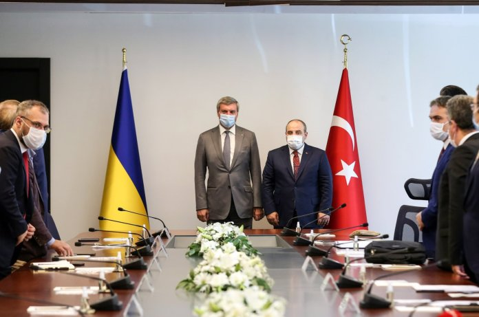 Turkish Industry and Technology Minister Mustafa Varank (R) holds ameeting withOleh Urusky, Ukraine's vice prime minister for strategic industries, and his accompanying delegation in the capital Ankara, Turkey, Aug. 27, 2020. (Industry and Technology Ministry via AA Photo)