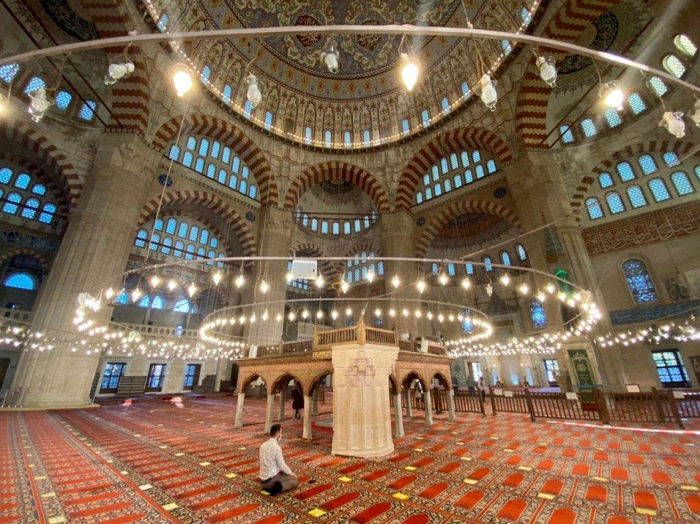 Un homme prie à la mosquée Selimiye, à Edirne, dans le nord-ouest de la Turquie, le 1er novembre 2020 (PHOTO AA)