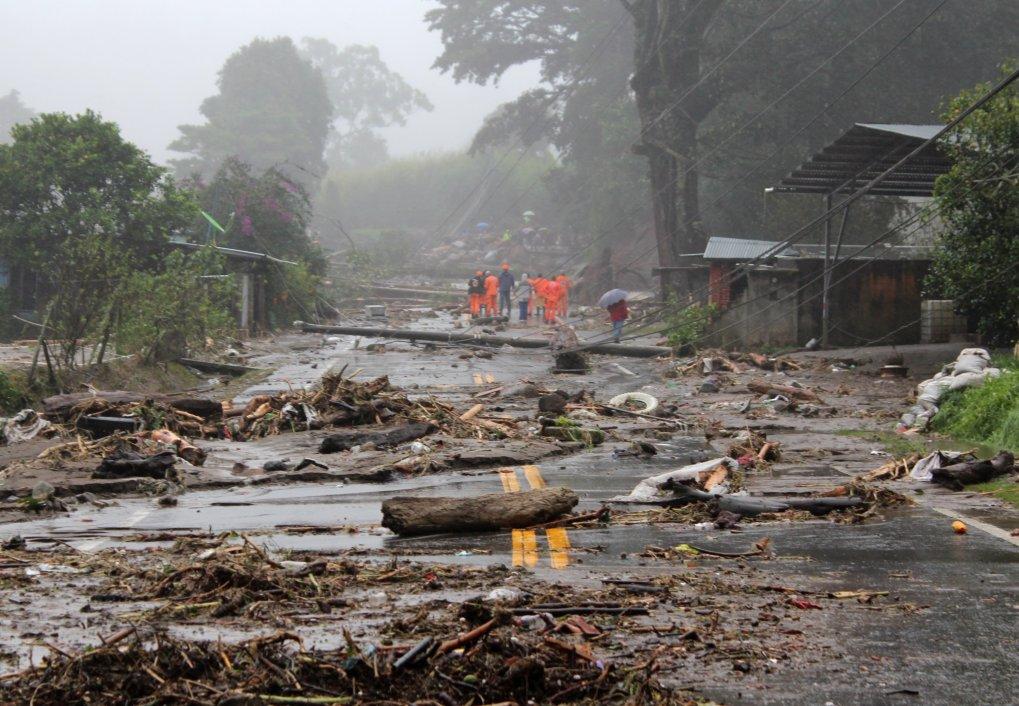 Des habitants marchent sur une route endommagée après de fortes pluies associées au passage de la dépression tropicale Eta qui ont frappé l'Amérique centrale à Chiriqui, au Panama, le 5 novembre 2020 (Photo EPA)