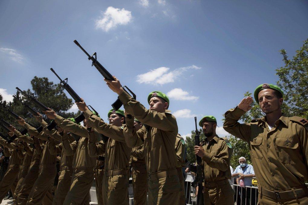 Des soldats israéliens tirent lors des funérailles du soldat israélien Omer Tabib, 21 ans, au cimetière de la ville d'Elyakim, dans le nord d'Israël, le jeudi 13 mai 2021 (Crédit: AP Photo)