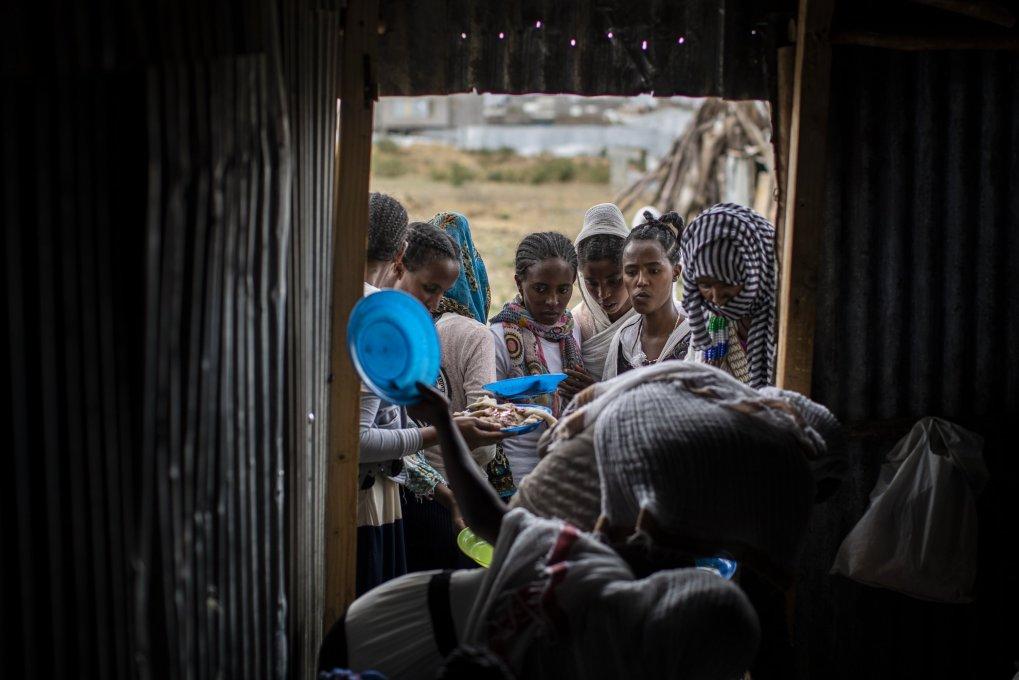 Des Tigréens font la queue pour recevoir de la nourriture donnée par des résidents locaux dans un centre d'accueil pour personnes déplacées à Mekele, dans la région du Tigré au nord de l'Éthiopie, le 9 mai 2021. (AP Photo)