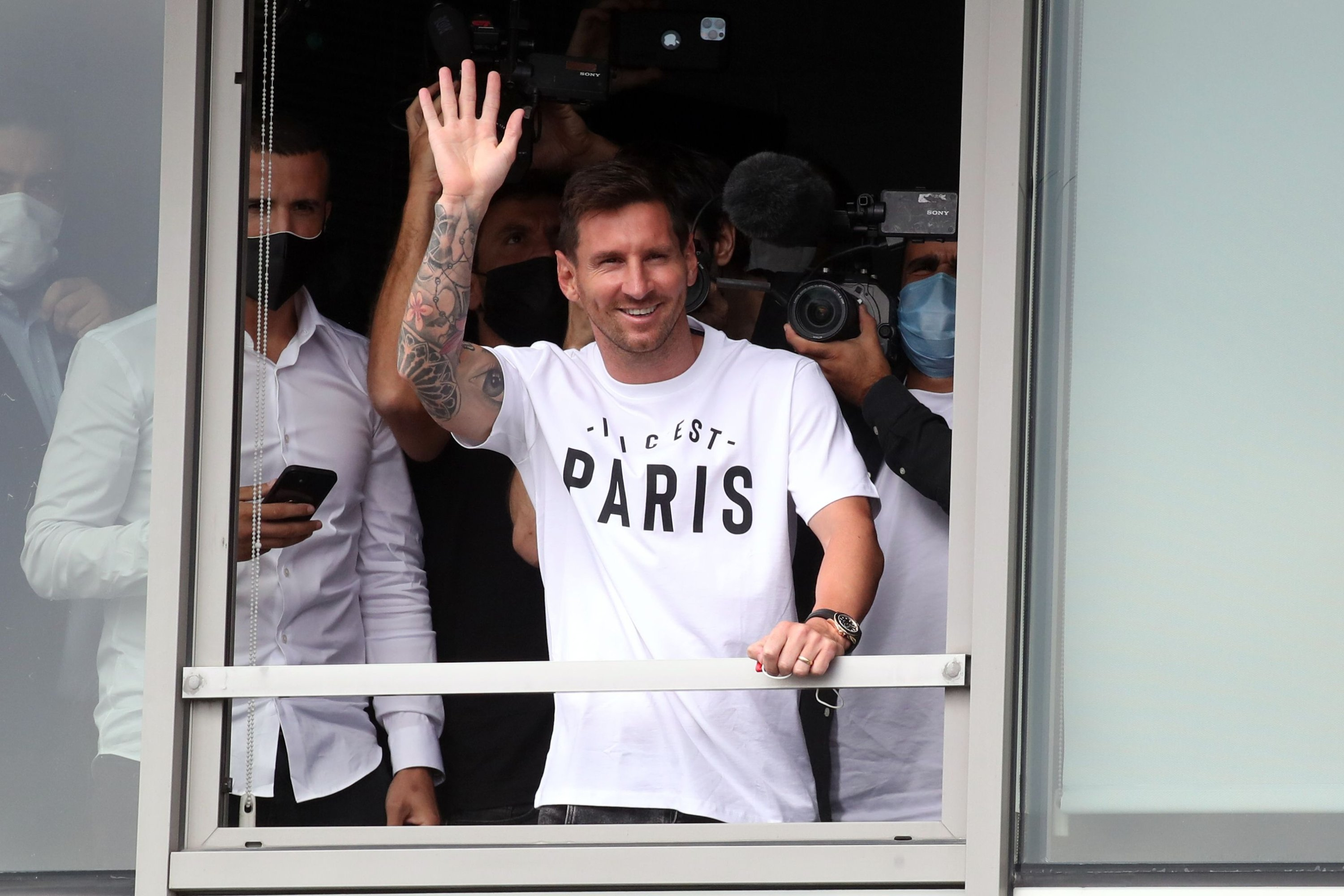 Lionel Messi arrives in Paris to join PSG after Barcelona exit   Daily Sabah