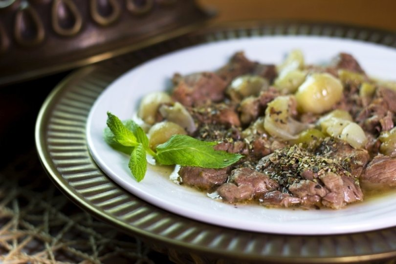 Meat and Shallots Stew seasoned with garlic from the menu of Yanyalı Fehmi Lokantası. (Courtesy of Yanyalı Fehmi Lokantası)