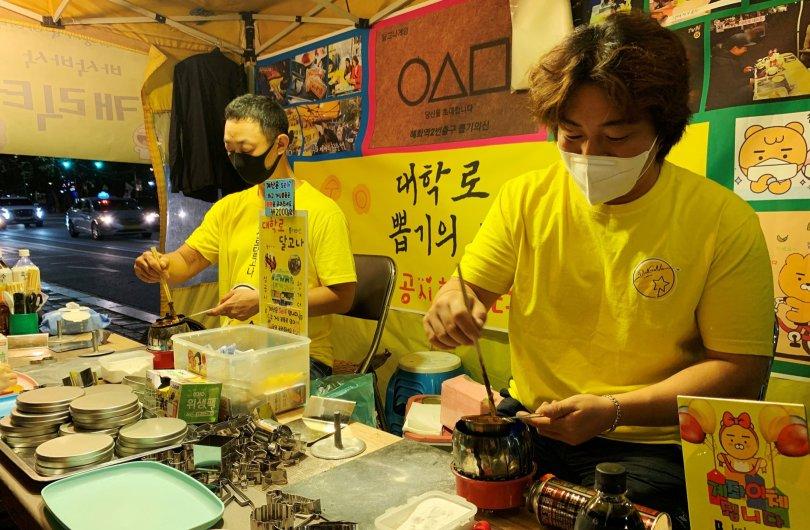 Yong-hui, a dalgona shop owner, makes a dalgona candy in Seoul, South Korea, Sept. 30, 2021. (Reuters Photo)