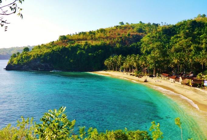Beningnya Air laut di Pantai Crystal Bay Beach Nusa