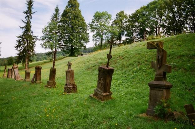 Pętna, nagrobki cmentarza przy cerkwi