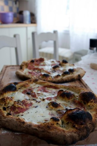 Hvit pizza med blåmuggost, parmesan, mozzarella og parmaskinke. Oppskrift: http://ienkelhet.com/2014/01/27/vinterhvit-pizza/