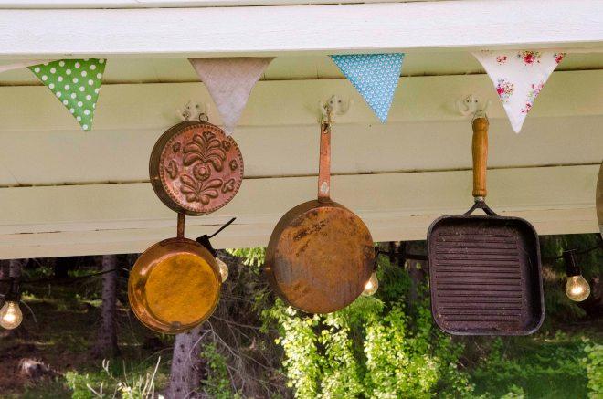 Nesten alt av kjøkkenutstyret utendørs er fra bruktbutikker.