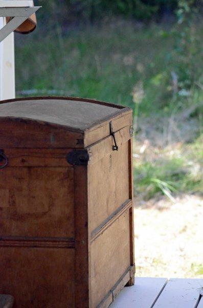 Kisten har vi funnet i en lokal brukt-antikkbutikk. Den er super til å skjule alt hageutstyret i.