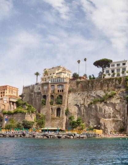 En båttur oppover Amalfi-kysten gir deg en utsikt å drømme deg vekk i. Hoteller ligger på ytterst på klippekanten.