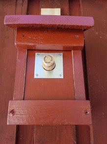 Fluesnapperen spiser mye mygg, og det finnes egne fluesnapperkasser som denne fra Naturvern.com. Fluesnapperne hekker ganske sent i april og senere enn mange andre fugler, og det kan være lurt å reservere en kasse for fluesnapperen med en champagnekork som du fjerne i slutten av april når fluesnapperen er på jakt etter en kasse.