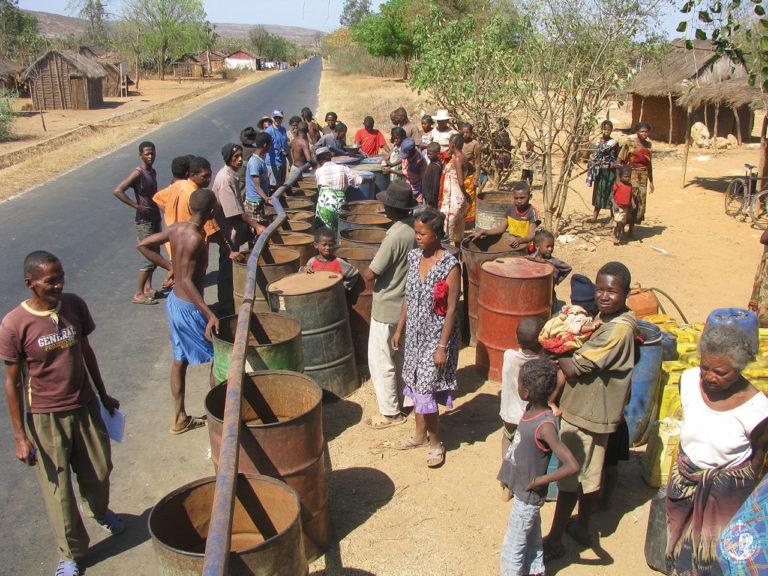Αποθήκευση νερού σε βαρέλια από το βυτίο της Ιεραποστολής