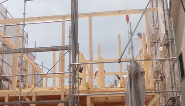 注文住宅ー木造在来工法での建方工事の2階柱施工写真
