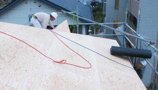 注文住宅ー木造在来工法での建方工事の屋根野地板施工写真