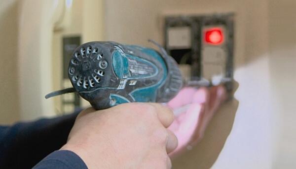 電気スイッチの不具合をアフターサービスの一環で補修中